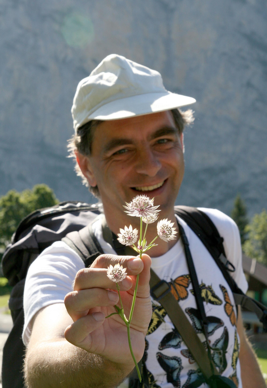 Martin Koradi leitet Kräuterwanderungen und Kräuterkurse.